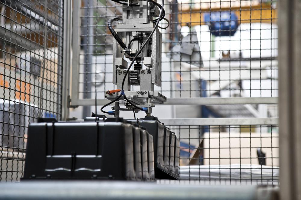Kunststoffboxen auf einer Fertigungsstraße der Schmid GmbH
