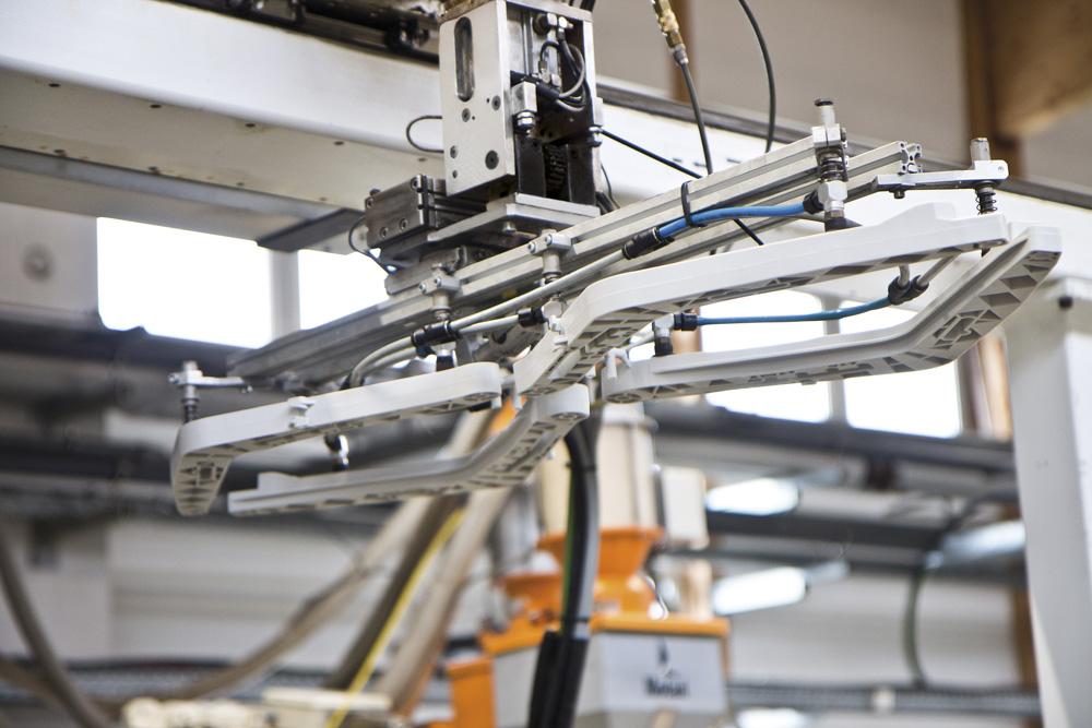 An Saufnäpfen befestigtes Plastikteil bei Schmid Kunststofftechnik